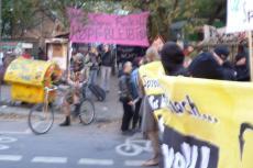 9.10.2010 - 1000-Zäune-Demo wird von der Köpi begrüßt