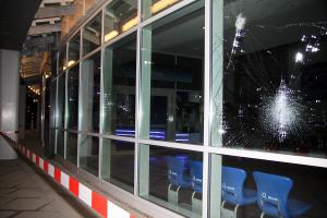 Glasbruch an der O2-Halle (Foto: Mikael Zellmann)